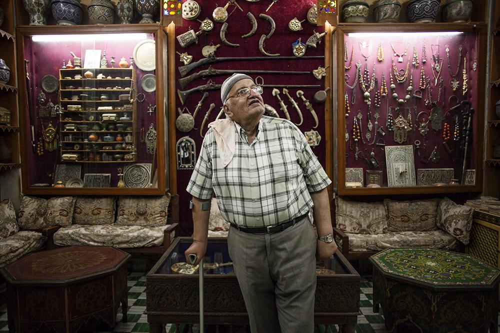 Orafo artigiano nella medina di Fez
