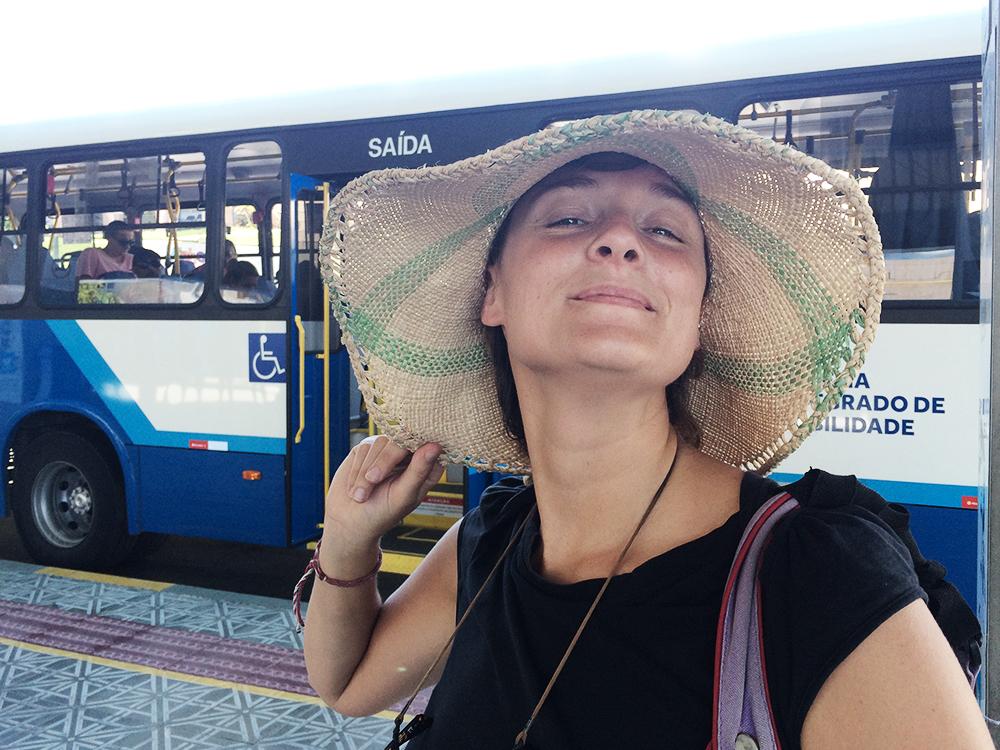 viaggiare in bus con cappello